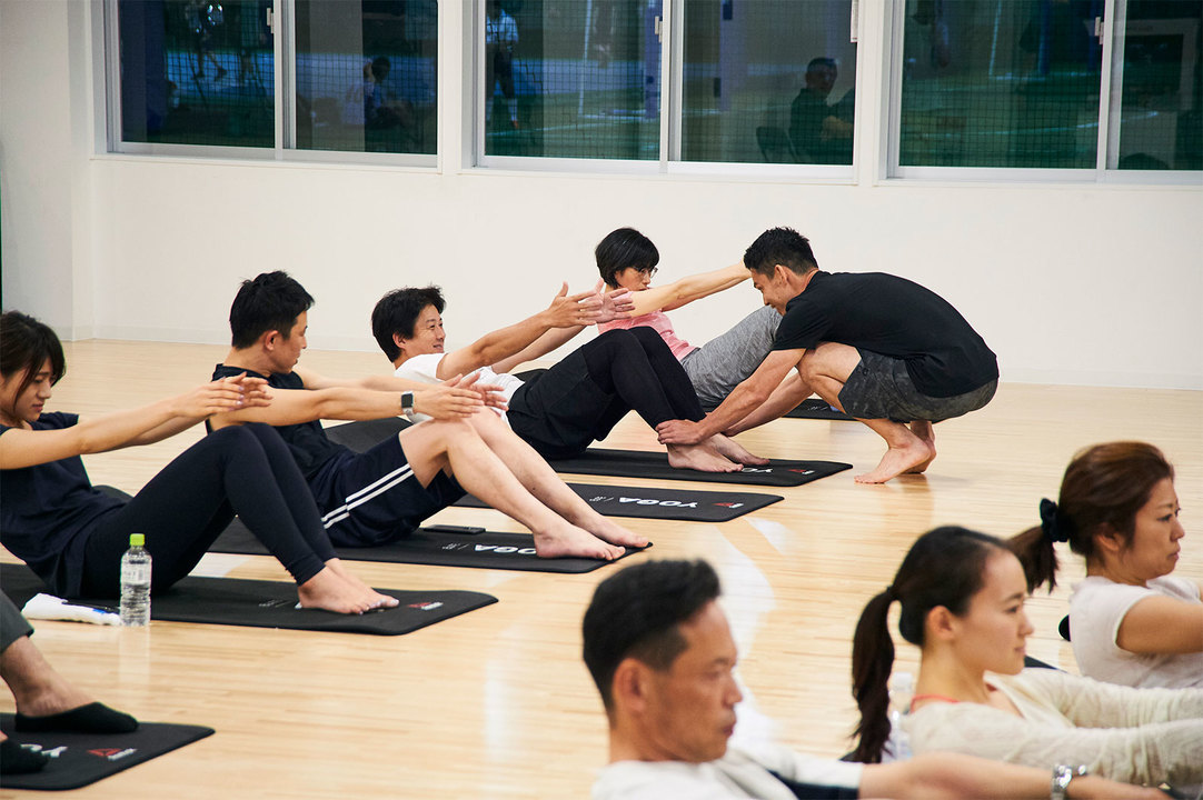 菅原トレーナーが参加者一人ひとりを指導。