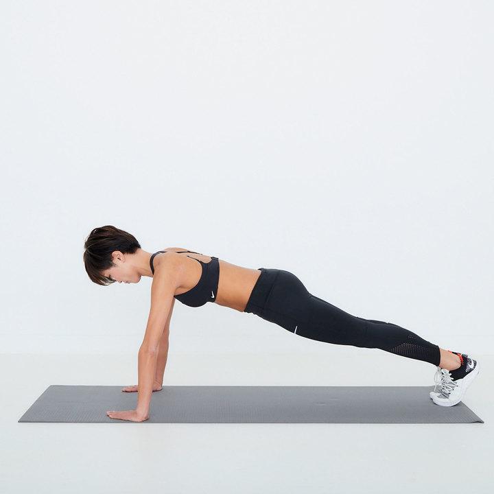 四つん這いになり、腕を前に伸ばした時に指先が壁につくぐらいの場所でスタートポジションをとる。両手を肩幅よりやや広めに開き、両脚を後ろに伸ばして爪先を立てる。頭からかかとは一直線に。