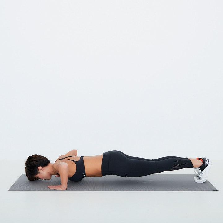 両肘をゆっくりと曲げて胸を床に近づける。