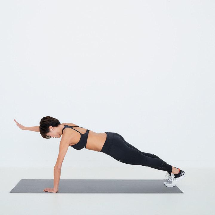 肘を伸ばして元に戻ったタイミングで、右腕を前に伸ばして壁をタッチ。カラダのブレを最小限に抑える努力を。左右交互に20回。