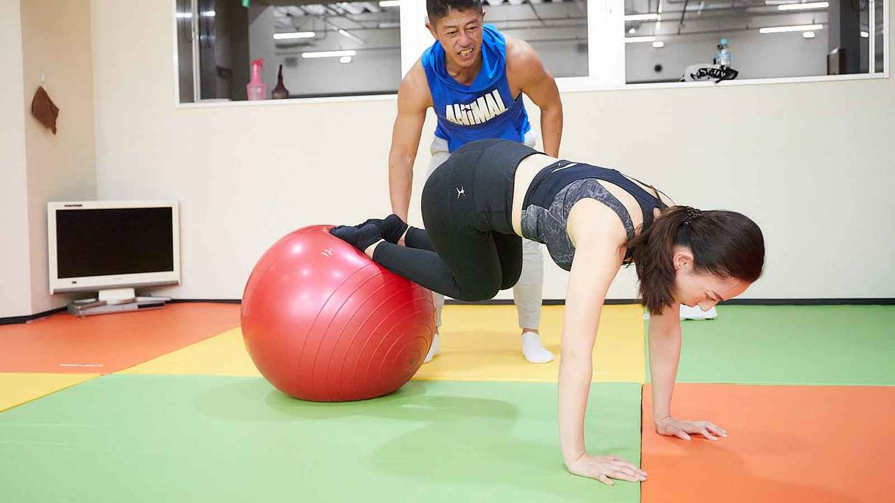 多角的なトレーニングができるバランスボールはインナーマッスルを鍛えるには最適だ。