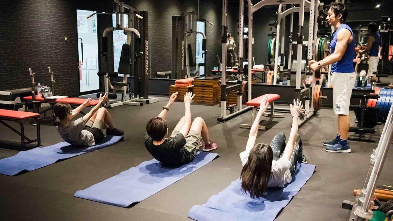 「引き上げた上体を下ろす伸張動作をカウントしながらゆっくり行う。このときに腕の位置は動かさずに、背中の下部、肩甲骨、肩、最後に頭部を少しずつ床に下ろしていきます!」(坂詰さん)