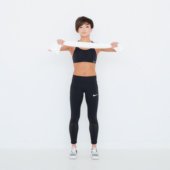 脚を肩幅に開いて立ち、両腕を胸の高さでまっすぐ前に伸ばす。フェイスタオルの両端を左右それぞれの手で持ち、外側に向かって強く引っ張る。腕の裏側が使われているか意識しながら行おう。10秒。
