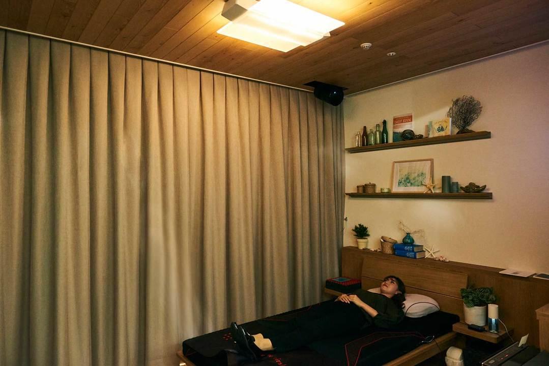 体験スペースは、おやすみ前は温かく柔らかい色合いに